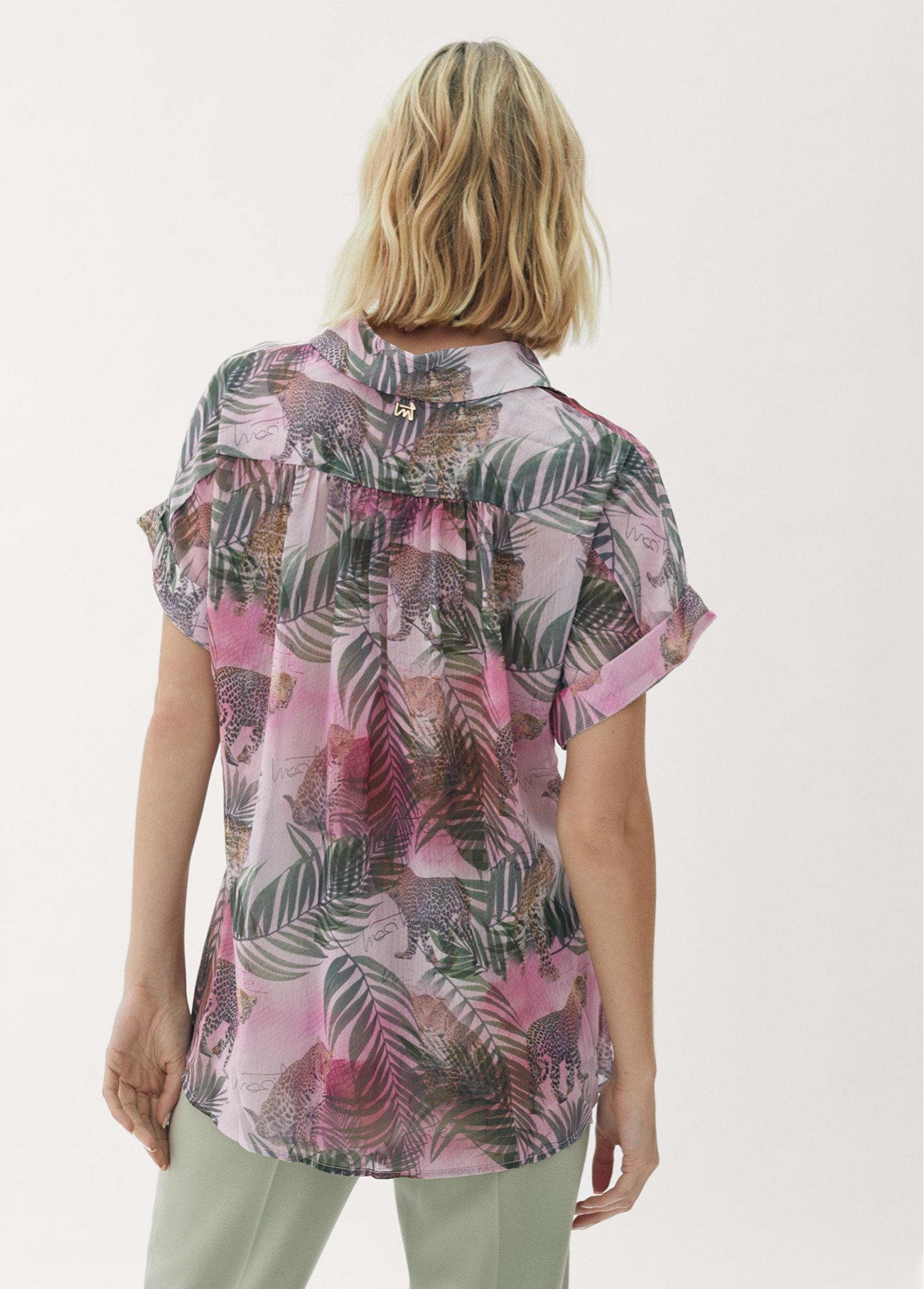 Blusa estampado tropical con detalle...