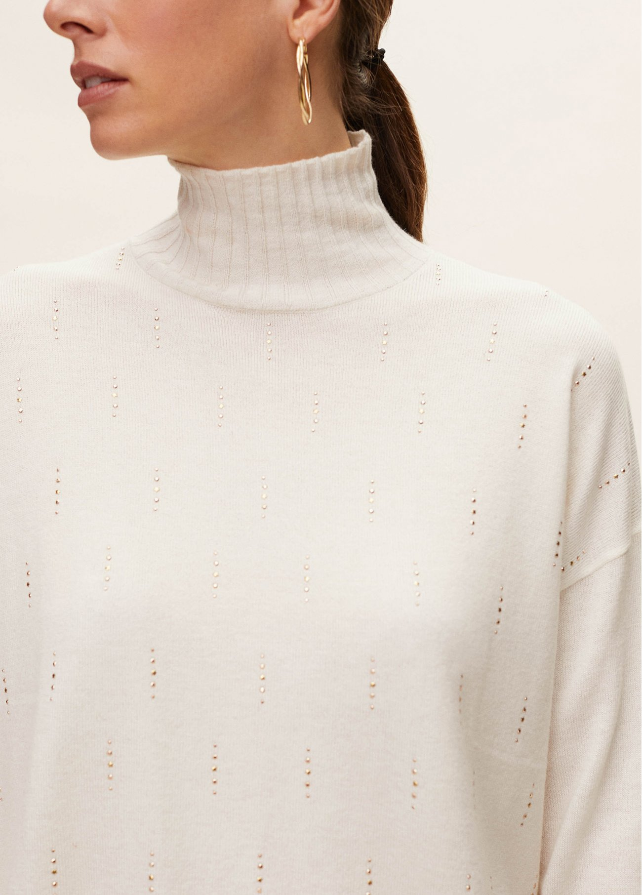 Oversize roll neck with front beads deco