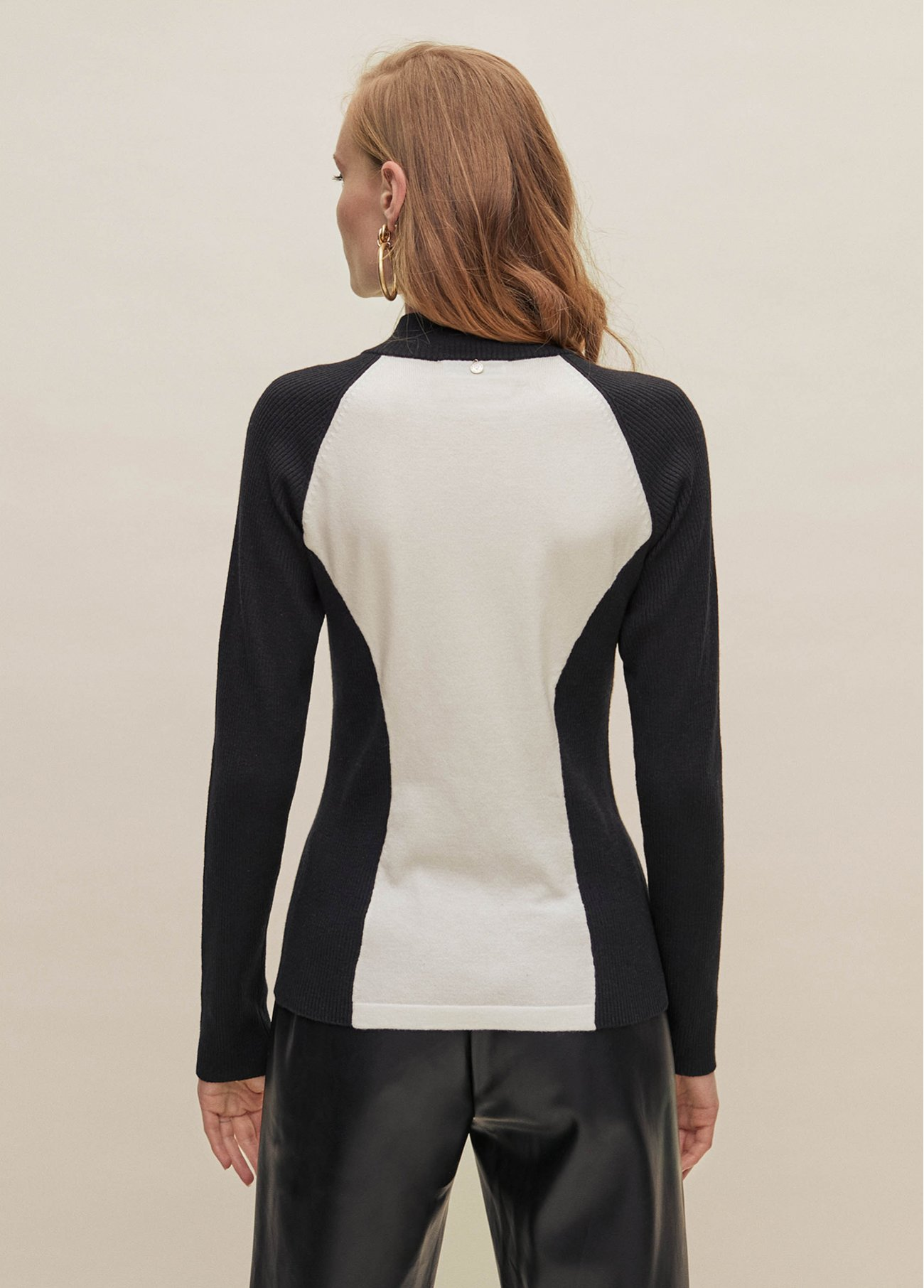 Bicolor pull over with zipper at neck