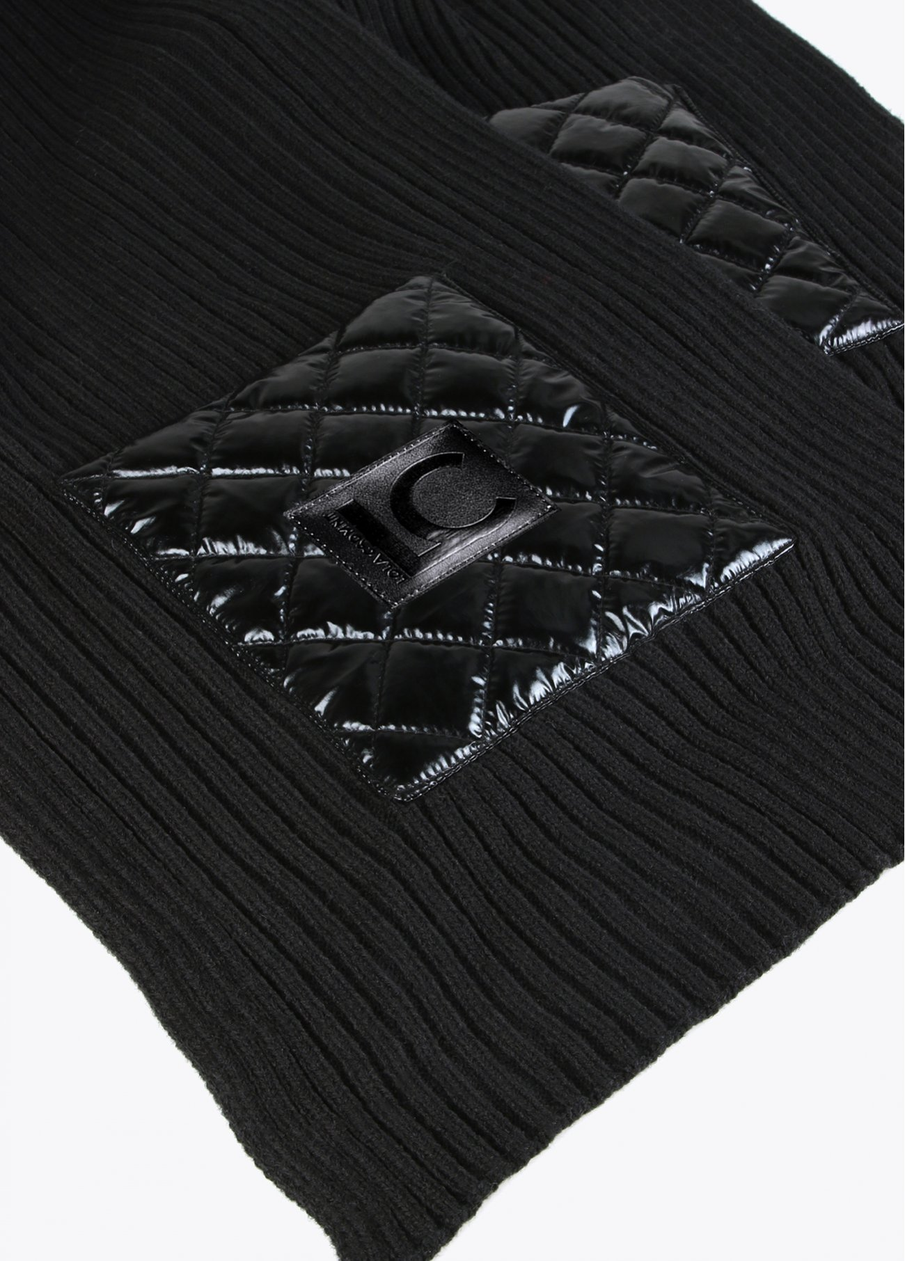 Ribbed scarf with quilted pockets